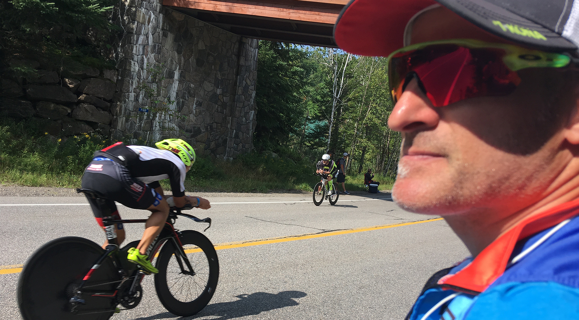 Christian Camden observe une route de Mont Tremblant attentif aux cyclistes sur leur parcours